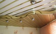 Реечный потолок в современной ванной