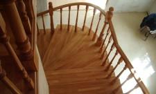 Лестница из древесного массива на заказ - преимущества и характеристики